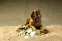Sphinx και νομίσματα στην άμμο Στοκ εικόνα με δικαίωμα ελεύθερης χρήσης