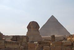 Sphinx e pirâmide Imagem de Stock