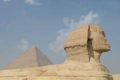Sphinx e pirâmide egípcios Imagens de Stock