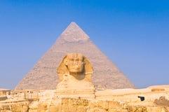 Sphinx e pirâmides em Giza, o Cairo fotografia de stock