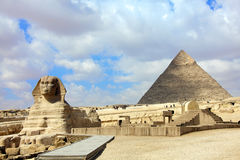 Sphinx e piramide Fotografia Stock