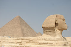 Sphinx e piramide Fotografie Stock Libere da Diritti