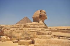 Sphinx e piramide egiziani Immagine Stock