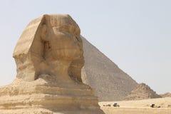 Sphinx et pyramide égyptiens antiques de Cheops à Gizeh photographie stock