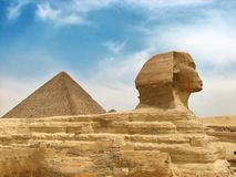 Sphinx et pyramide égyptiens grands Photographie stock libre de droits
