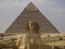 Sphinx et pyramide photographie stock