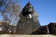 Sphinx na terraplenagem de Londres imagens de stock royalty free