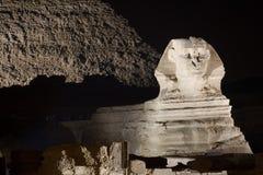 Sphinx pelo platô de Noite - de Giza Fotos de Stock