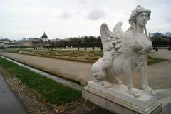 Sphinx-Statue an der Spitze der Belvedere-Gärten, Wien Lizenzfreies Stockbild