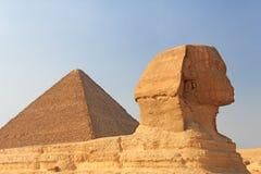 Sphinx und die Pyramide von Cheops in Giza Stockfotografie