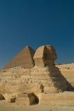 Sphinx und Pyramide stockfotografie