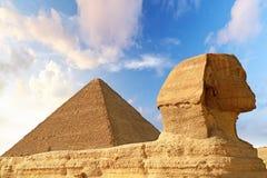 Sphinx und Pyramide von Chefren in Giza Stockfotos