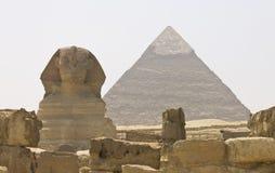 Sphinxen och pyramiden av Khafre arkivbilder