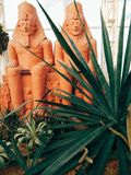 Sphinxmodell mit Baum stockfotos