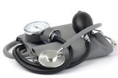 Sphygmomanometer avec le stéthoscope Photographie stock