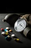 Sphygmomanometer con las píldoras y las cápsulas de la medicina Imagen de archivo libre de regalías
