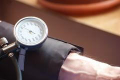 Sphygmomanometer, der den Blutdruck anzeigt Lizenzfreies Stockbild