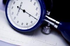 Sphygmomanometer et électrocardiogramme Image stock
