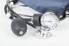 Sphygmomanometer i stetoskop kłaść na bielu Zdjęcie Royalty Free