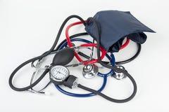 Sphygmomanometer i stetoskopy kłaść na bielu Zdjęcia Stock