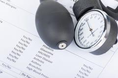 Sphygmomanometer kłaść na medycznej kwestionariusz formie Zdjęcia Royalty Free