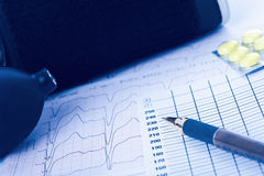 Sphygmomanometer, Kardiogramm und Pillen Lizenzfreies Stockbild