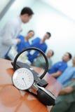 Sphygmomanometer na tle odpraw lekarki Obrazy Stock