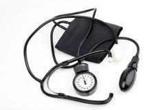 Sphygmomanometer per pressione sanguigna su bianco Fotografia Stock Libera da Diritti