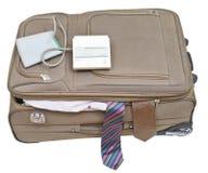 Sphygmomanometer sur la valise avec les liens masculins Photos libres de droits