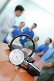 Sphygmomanometer sur le fond des médecins de briefings images stock