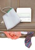 Sphygmometer auf Koffer mit Bindung und Schlüpfer Stockfotografie