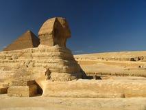 Sphynx con la grande piramide Fotografie Stock Libere da Diritti