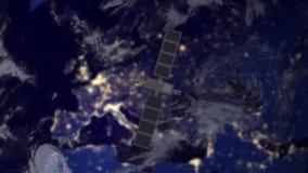 Spia di survailence del satellite di telecomunicazione sopra Europa archivi video