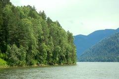 Spiagge a distanza del lago mountain belle e Immagini Stock