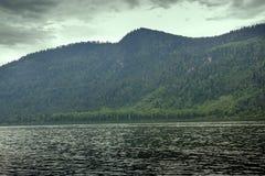Spiagge a distanza del lago mountain belle e Immagine Stock Libera da Diritti