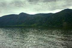Spiagge a distanza del lago mountain belle e Fotografie Stock