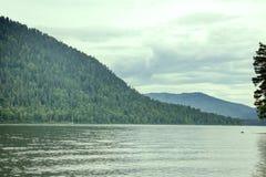 Spiagge a distanza del lago mountain belle e Immagini Stock Libere da Diritti