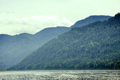 Spiagge a distanza del lago mountain belle e Fotografie Stock Libere da Diritti