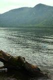Spiagge a distanza del lago mountain belle e Immagine Stock