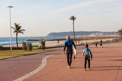 Spiagge praticanti il surfing di Durban del figlio del papà Fotografie Stock Libere da Diritti