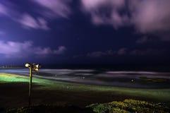 Spiaggia abbandonata alla notte con la sirena Fotografia Stock Libera da Diritti