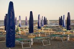Spiaggia abbandonata fuori stagione Fotografie Stock
