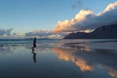 Spiaggia al tramonto, Lanzarote, canarino, Spagna di Caleta de Famara immagini stock libere da diritti