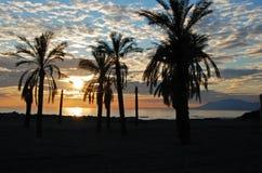 Spiaggia al tramonto, Puerto Cabopino, Spagna. Fotografie Stock