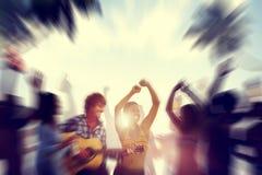 Spiaggia all'aperto di celebrazione di felicità di godimento del partito di dancing concentrata immagine stock