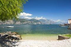 Spiaggia alla polizia del lago, Italia Fotografia Stock