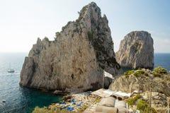 Spiaggia alle rocce di Faraglioni sull'isola di Capri Immagine Stock Libera da Diritti
