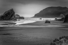 Spiaggia alta dell'Oregon delle rocce e scogliere rocciose nel Pacifico fotografia stock