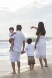 Spiaggia ambulante della madre, del padre e della famiglia dei bambini Fotografia Stock Libera da Diritti