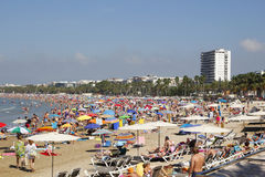 Spiaggia ammucchiata ad estate Fotografie Stock Libere da Diritti